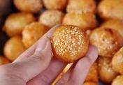 Bánh rán lúc lắc phố cổ giá 1.000 đồng